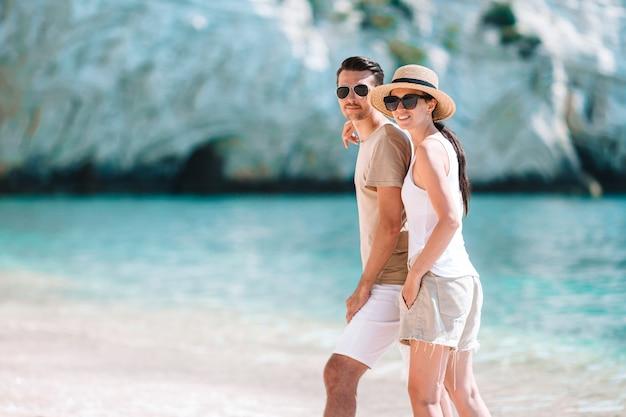 夏休み中に白いビーチで若いカップル