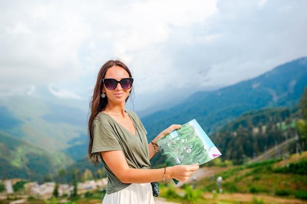 山で幸せな若い女