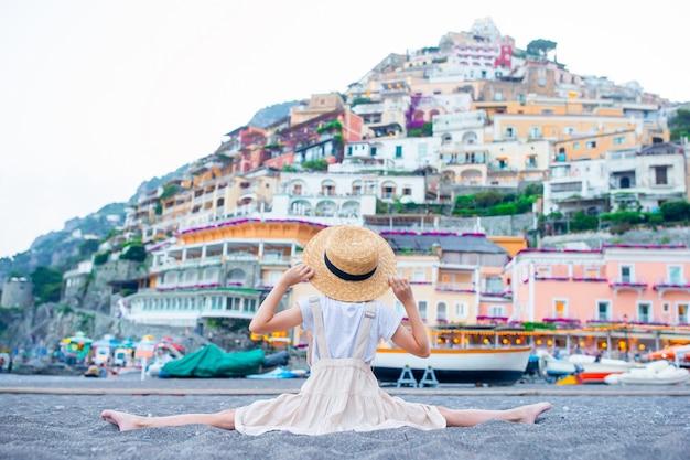 イタリアのポジターノの町の暖かい日当たりの良い夏の日のかわいい女の子