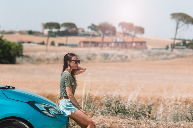 地図上の正しい道を探している新しい冒険のための女性