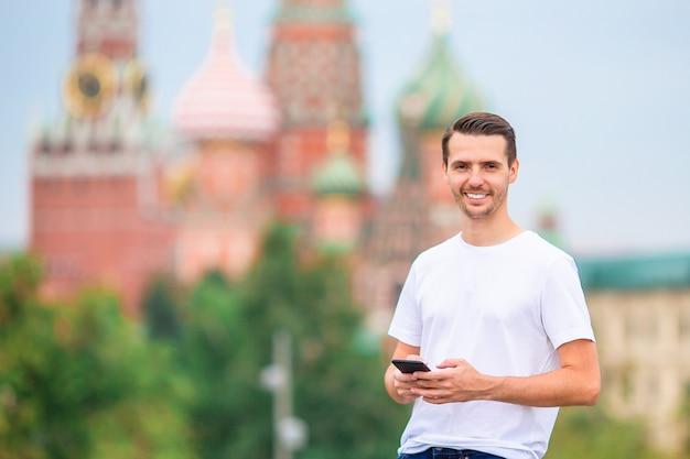 Счастливый молодой городской человек в европейском городе.