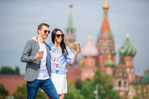Молодые знакомства пара в любви, прогулки на фоне города церковь святого василия