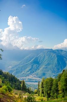 暖かい日差しの中で素晴らしい丘の素晴らしい景色。絵のような豪華なシーン。人気の観光スポット。