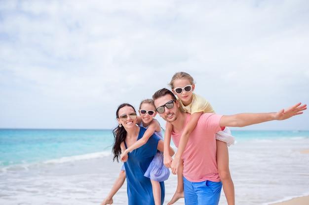 Счастливая красивая семья на пляже