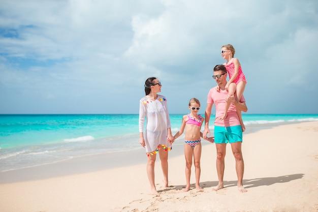 Молодая семья на отдыхе на пляже.