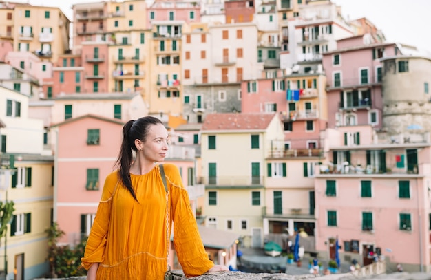 Турист, глядя на живописный вид манарола, чинкве-терре, лигурия, италия