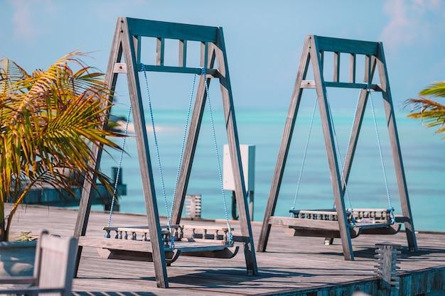 Летнее пустое уличное кафе на экзотическом острове на берегу моря