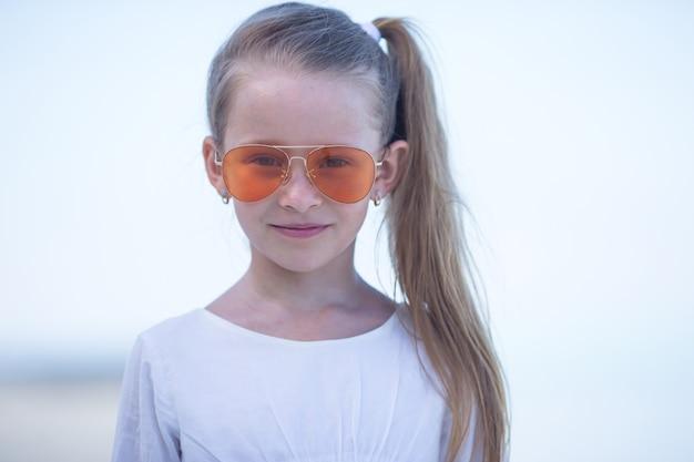 Портрет очаровательны маленькая девочка во время пляжного отдыха