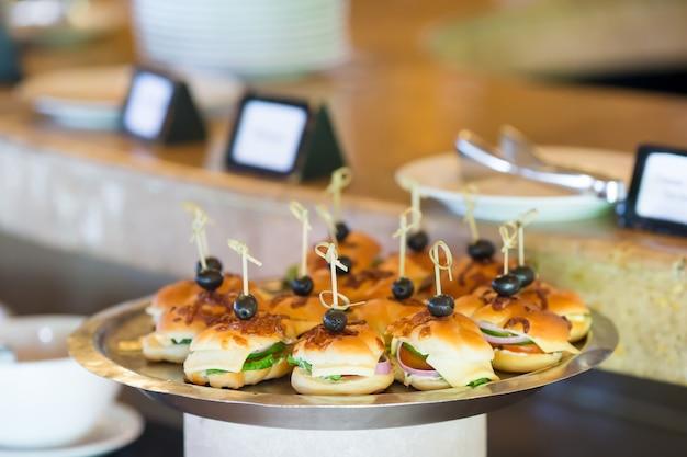 Вкусные мини слайдеры гамбургеры на тарелке