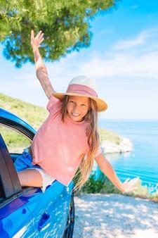 休暇中の家族。夏休みと車旅行のコンセプト