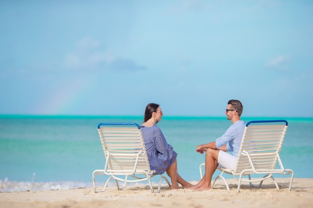 Молодая пара на белом пляже во время летних каникул, счастливая семья наслаждается медовым месяцем