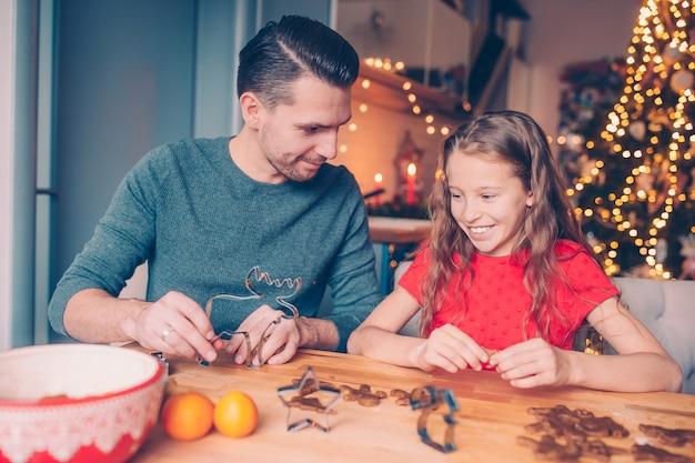 クリスマス休暇にジンジャーブレッドクッキーを焼く家族