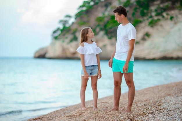 美しい父と娘のヨーロッパのビーチ