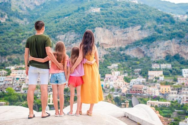 Летний отдых в италии, молодая женщина в деревне позитано на сцене, побережье амальфи, италия