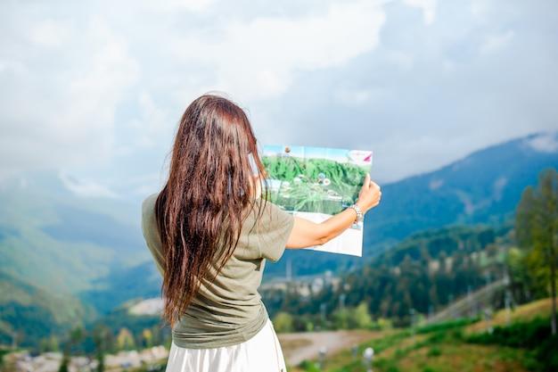霧のシーンの山で幸せな若い女