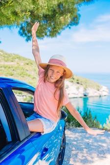 休暇、夏休み、車旅行の概念に家族