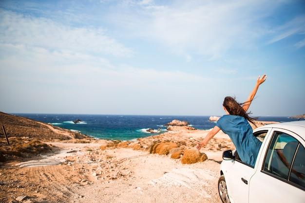 Молодая женщина в отпуске на машине,