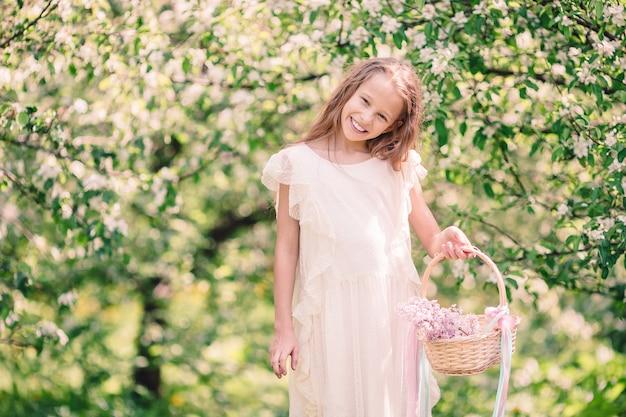 美しい春の日に咲くリンゴ園の少女