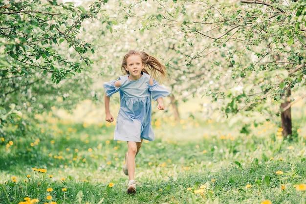 美しい春の日に咲くアップルガーデンでのかわいい女の子