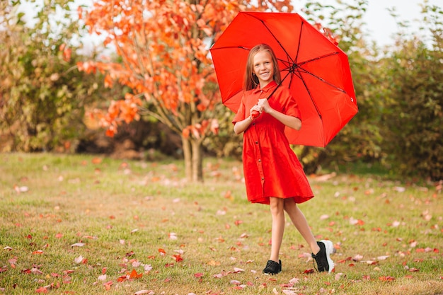 Очаровательная маленькая девочка в прекрасный осенний день на открытом воздухе