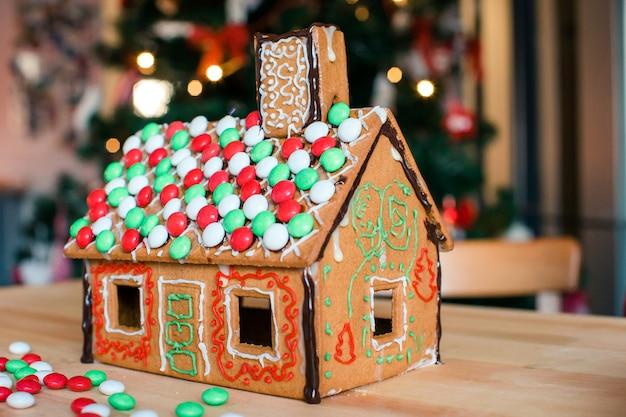 ガーランドと明るいクリスマスツリーとジンジャーブレッド妖精の家