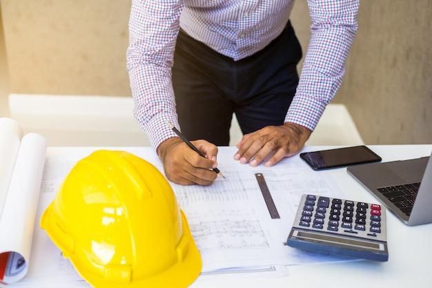 Инженер-строитель работает с документами.