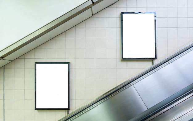 地下鉄の駅の壁にブランクの看板。広告コンセプト