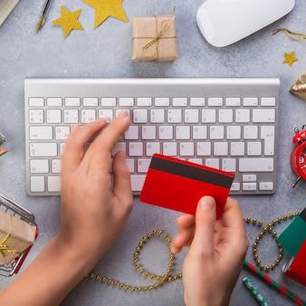 Женщина руки оплаты кредитной картой вид сверху онлайн рождественские подарки онлайн
