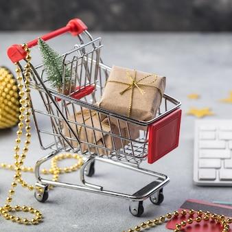 インターネットオンラインショッピングコンセプトクリスマスプレゼント用のキーボードと小さな赤いショッピングカート