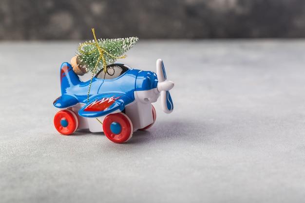 灰色のクリスマスツリーと小さな飛行機