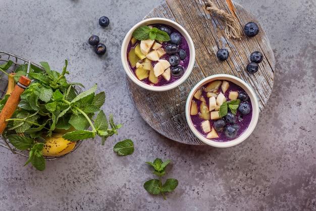 健康的なライフスタイルのための朝食アサイスムージーボウル