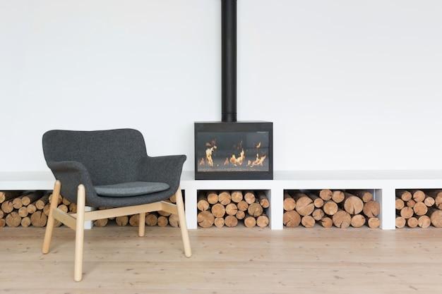 明るい部屋で暖炉のある居心地の良いミニマルなインテリア