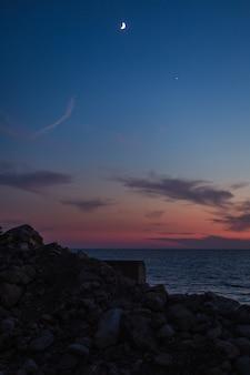 山の景色を望む海に沈む夕日。モンテネグロ