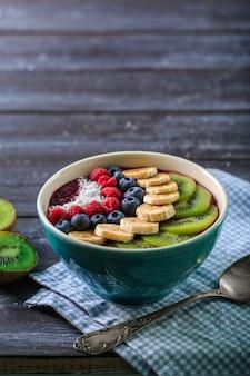 ボウルにおいしいアサイスムージーと健康的な朝食