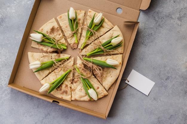 紙箱の花チューリップと創造的なピザ