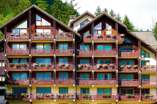 伝統的なヨーロッパのアルペンスキーシャレーホテル