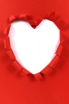 赤いバレンタインハート形破れた紙、白い背景、コピースペース