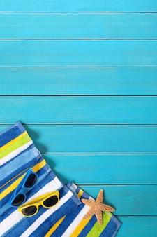 縞模様のタオルでビーチのシーン