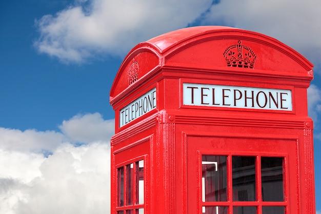 ロンドンの電話ボックス曇りの青い空