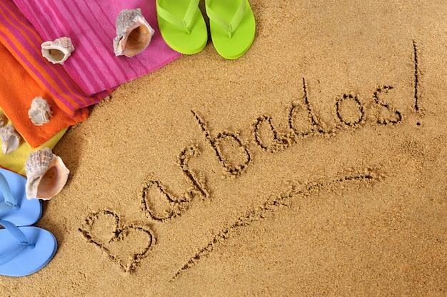 バルバドスビーチの背景にタオルとフリップフロップ