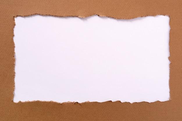 引き裂かれた茶色の紙の長方形の白い背景の枠線