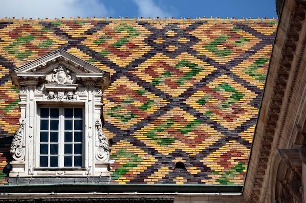 フランス、ブルゴーニュのディジョンにある庁舎の伝統的なセラミック屋根瓦。