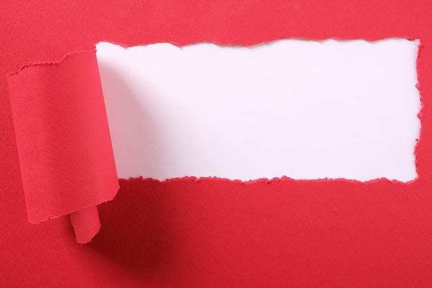 引き裂かれた赤い紙ストリップリッピングエッジフレーム