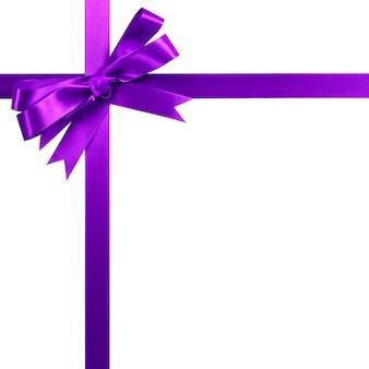 Рамка границы фиолетового смычка ленты подарка вертикальная угловая изолированная на белизне.