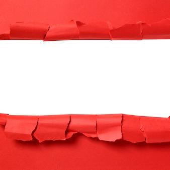 白い背景のコピースペースで引き裂かれた赤い紙のストリップ
