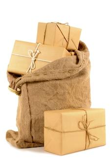 茶色の紙の小包でいっぱいの郵便袋
