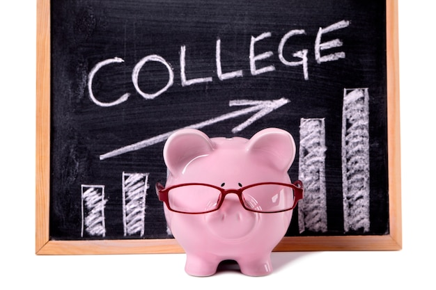 大学の貯蓄または手数料のチャートを備えた貯金箱