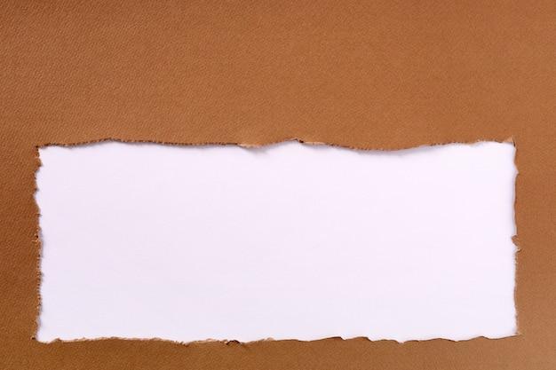 引き裂かれた茶色の紙フレームホワイトバックグラウンド