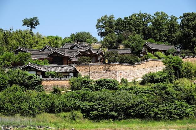 古い伝統的な韓国民俗村の丘の中腹