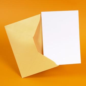 空白のメッセージカードとゴールドの封筒